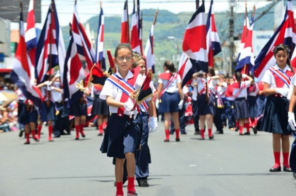 Abanderados de la Escuela Ascencion Esquivel, de Cartago, durante de desfiles de conmemoracion de la independencia (15-09-12). Foto: Rafael Pacheco